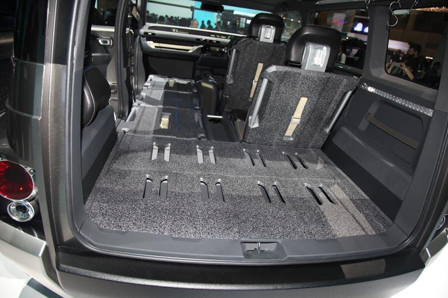 広大という言葉がぴったりなラゲッジスペース。長めのボディデザインも相まって、助手席を含めると本当に長いという印象。遊び道具を積んで出かけるのはもちろんだが、車中泊についてもいろいろな使い方がありそう。