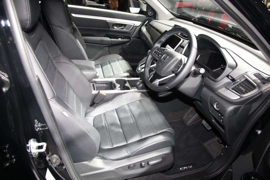 プレミアムSUV然としたインテリア。厚みを感じるレザーシートは、ドライバーを選ばず快適な乗り心地を提供してくれそうだ。アイポイントも高いので、長距離移動での快適性は抜群とみた。
