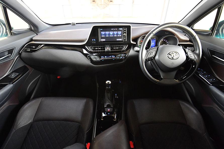 C-HR(写真)もUXと同様、左右非対称型のインストルメントパネルが特徴。センタークラスターは運転席側に傾いている。