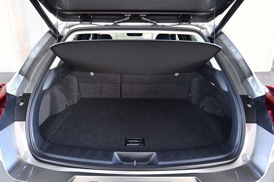 UXのラゲージスペース容量は220~995リットル。床下には、51リットル(ハイブリッド車は44リットル)の予備スペースが確保される。