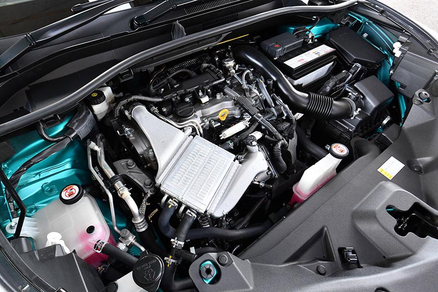 水冷式インタークーラーが備わるC-HRの1.2リットル直4ターボエンジン。最高出力116PS、最大トルク185N・mを発生する。