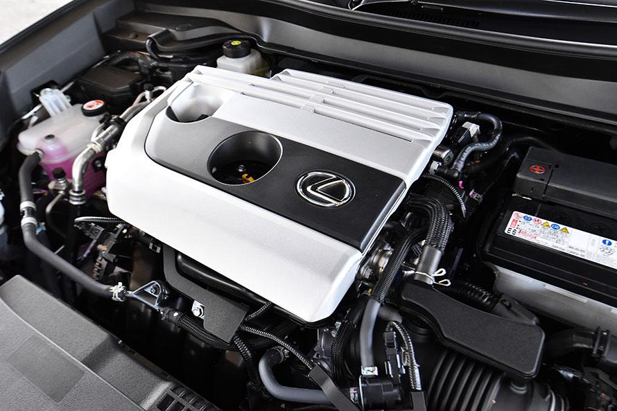UX200には自然吸気の2リットル直4エンジンが搭載される。最高出力174PSと最大トルク209N・mは、ともにC-HRよりも大きな値となっている。