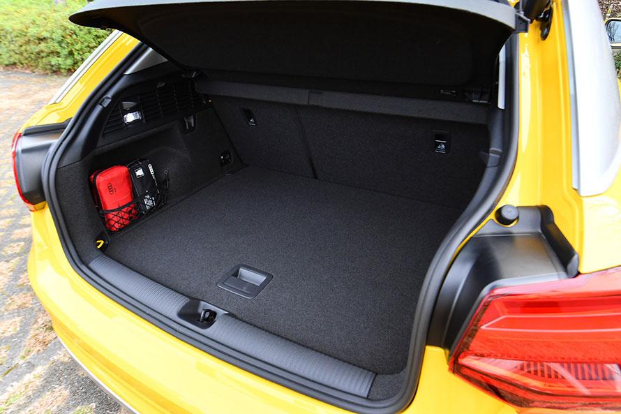 405リットルの容量が確保されたQ2のラゲージスペース。リヤシートの背もたれを前方に倒すことで、さらに拡大できる。