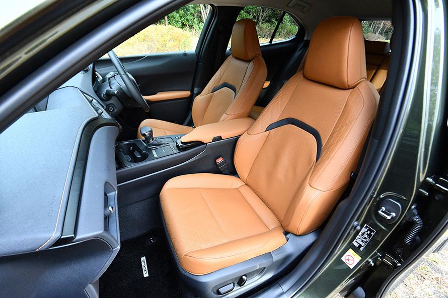 """今回試乗したUX250h""""version L""""のフロントシート。背もたれは、コンソールやアームレストのラインに合わせた2分割のデザインになっている。"""