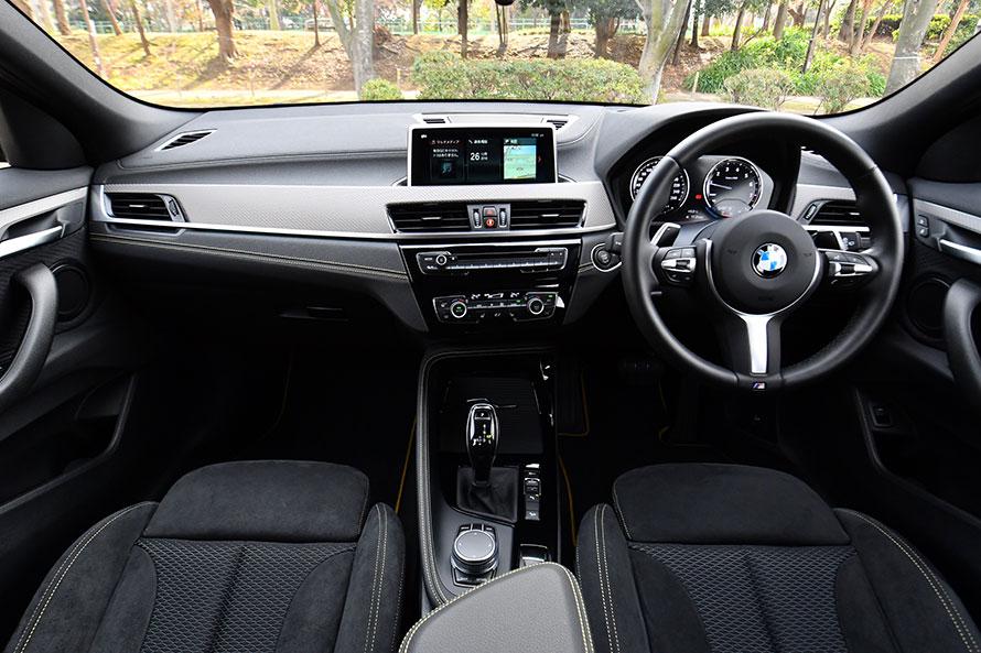 X2 xDrive20i M Sport Xのシート。アルカンターラとマイクロ・ヘキサゴン・クロスで仕立てられている。