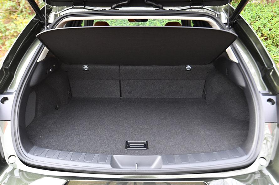 UXのラゲージスペースの容量は5人乗車時で220リットル。薄型のトノカバーは柔軟性があり、小さく折りたたんでフロア下に収納できる。