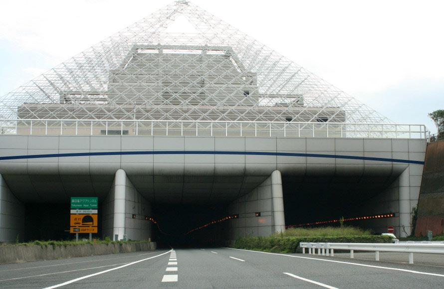 アクアトンネルの川崎側の入り口「浮島換気所」。日本の道路の最低地点はこの先にある。