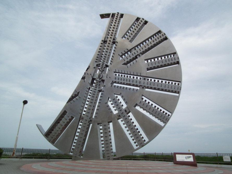 彫刻家 澄川喜一氏がシールドマシンのカッターの実物を使って制作したモニュメント。海ほたるに設置されている。