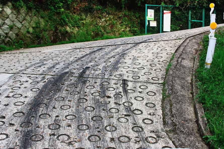 暗峠のもっとも勾配がきつい箇所にはタイヤ痕が残る。