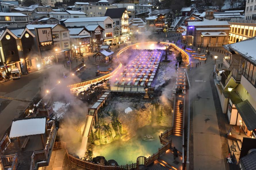 古き良き日本の温泉街、草津温泉の湯畑。