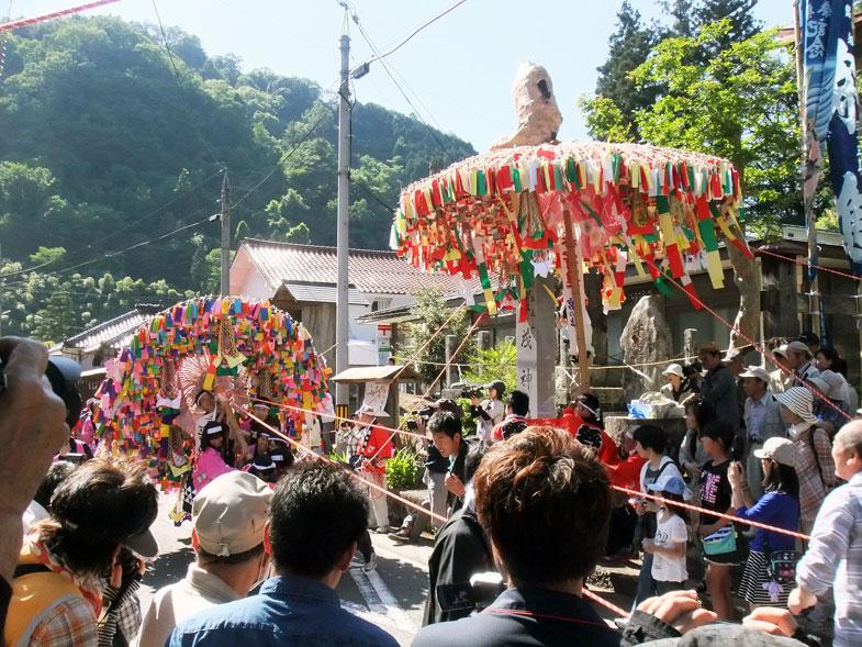巨大な傘鉾が道を駆け抜ける次の日祭り 島根県邑南町