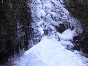 厳冬期に氷結する、神秘的な払沢の滝へドライブ 東京都檜原村