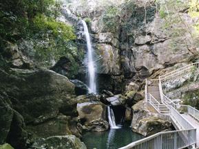 流れ落ちる滝や神話を伝える神社、パワースポットをめぐるドライブ 兵庫県洲本市
