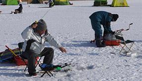 プレミアムな氷上リゾート「ホロカヤントー」へワカサギ釣りにドライブ 北海道大樹町