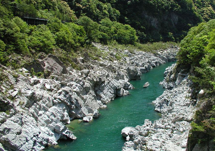結晶片岩(けっしょうへんがん)が水蝕されてできた溪谷、大歩危峡。季節ごとに変わる美しい景観を遊覧船から楽しもう