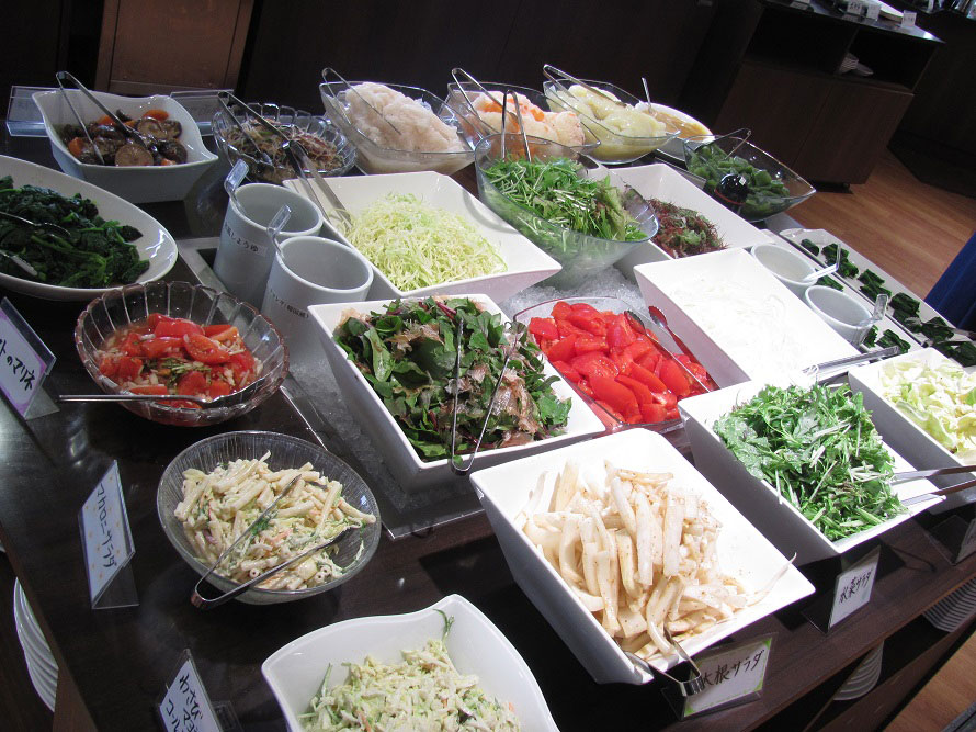 「レストラン響」には、地元の新鮮な食材を使った料理が並ぶ。バイキング形式で大人料金は1350円