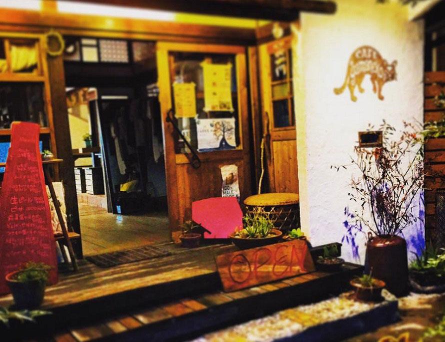 「カフェ山猫」ではランチとディナーを提供。野菜たっぷりの料理が楽しめるビーガン・カフェ