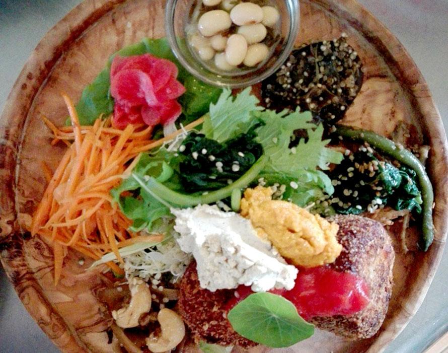 オーガニックな食事を気軽に楽しめるランチ。写真は、とある日のパワーフードプレート。季節ごとの食材を使用するため、その日によってメニューも異なる。ランチは1480円~