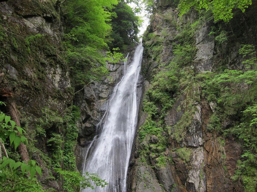 落差80mもある「安倍の大滝」、滝つぼまで約1.2㎞の道のりだ。間近で滝を見ることができるので頑張って歩こう