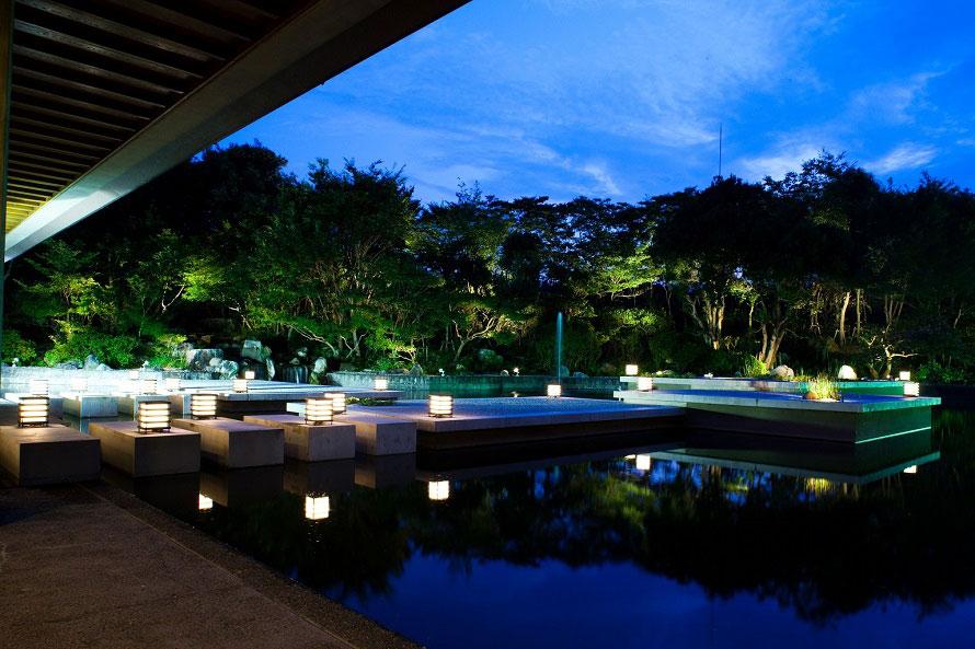 レストランは予約制。4~12名で利用できる個室も7室ご用意。庭に面しており、特に夜はライトアップされ眺めがいい。
