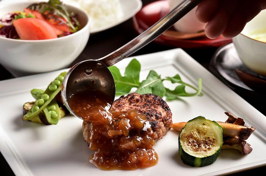 ランチの伊万里牛特製ハンバーグ(1800円)は、人気メニュー。ランチの価格は1200~1800円。