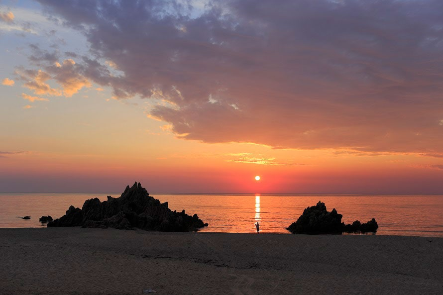 美浜町にある9カ所の海水浴場の中でもダントツ人気の水晶浜。夕暮れ時の風景も美しいと評判。