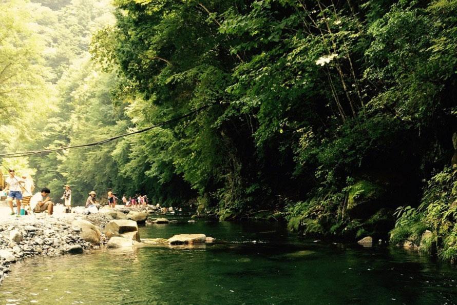 釣り場は全長500m、本格的なルアーやフライフィッシングも楽しめる。川遊びは渓流釣り場より下流でどうぞ。