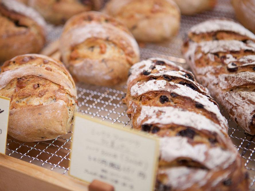 店内にはパンのいい香りが漂い、さまざまな種類のパンが並ぶ。リンゴのブール378(円税込)、パン・ド・カンパーニュ605円(税込)などが人気。