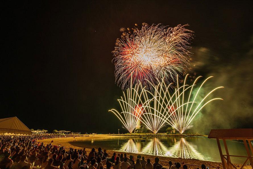 2018年で40回目となる花火大会。コーラルサンドの美しいビーチと花火に、夏を実感!