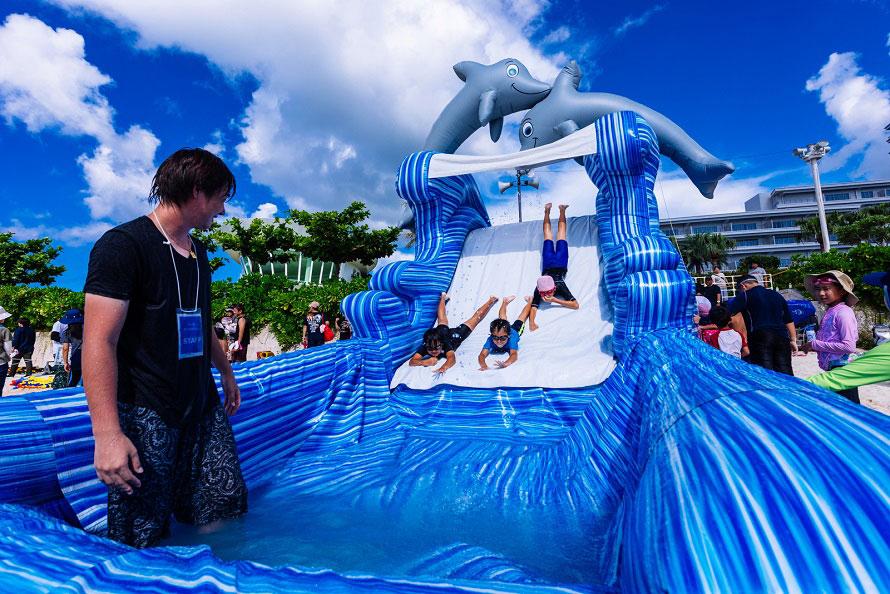 エメラルドビーチ内「遊びの浜」に設置されるビーチアトラクションはキッズに大人気。