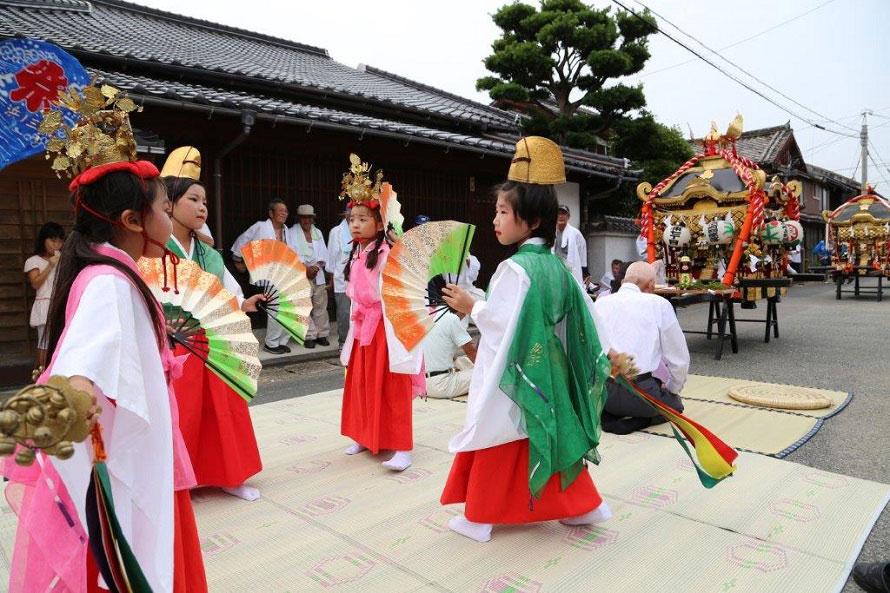 住吉神社では神子の舞のほか、飴まきなどが行われる。
