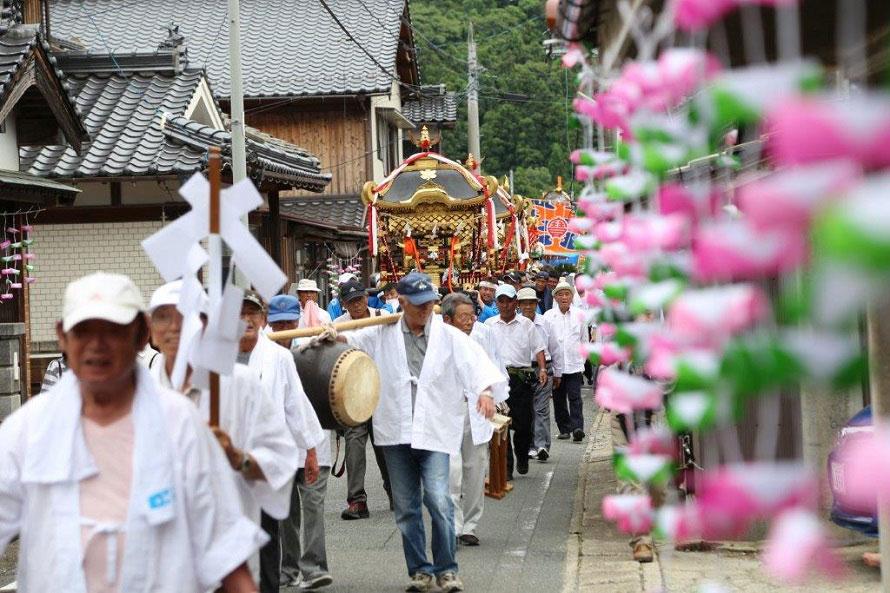 まつりの2日目、町内を練り歩く三社神輿。虫よけ祈祷や奈古漁港で開催されるイカダ大会も人気のイベント。