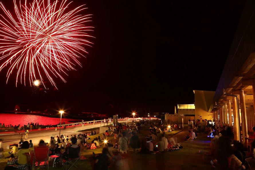 奈古漁港では、海上御神幸の御神灯流しや約2000発の花火大会が行われる。