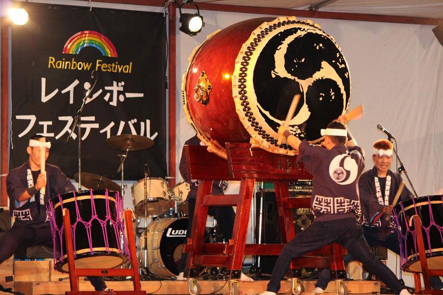 倉敷市を拠点に昭和47年(1972)から活動を続ける、倉敷天領太鼓の演奏は迫力満点。