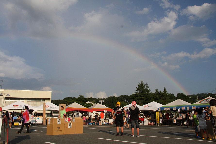 まさにグッドタイミング!会場の空に虹がかかり「レインボーフェスティバル」を祝福しているかのよう。