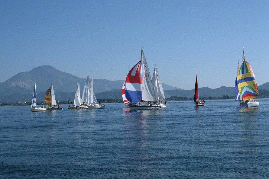 日本最大の面積と貯水量を誇る湖、琵琶湖。ヨットスクールなどでヨットによる帆走を楽しむことも。