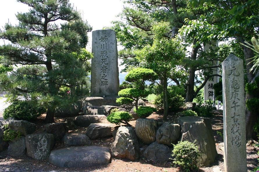 姉川の戦いの死者を悼む碑が立つ。戦いの3年後、浅井長政は小谷城を包囲され28歳で自刃した。