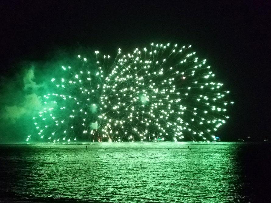 淡路島最大規模のお祭りとなる「淡路島まつり」。大迫力の花火に歓声がわく。