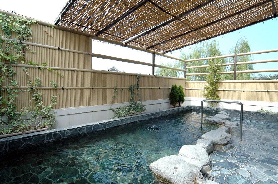 開放的な露天風呂も完備。泉質は無色透明の単純温泉。