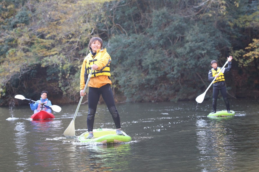 SUPは通年体験できる。ほかにカヌーツーリングやラフティングボートも人気。