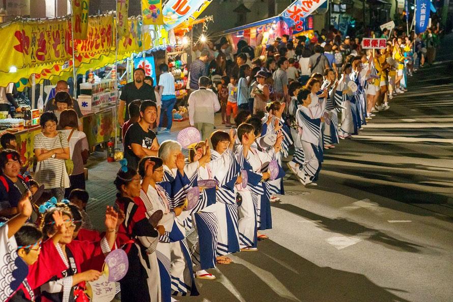 8月14日に行われる庄助おどり。やぐらを囲み、会津磐梯山の民謡に合わせて踊り、市民や観光客も参加する。