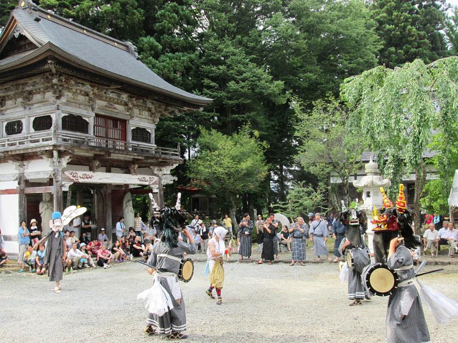 白岩雲巖寺でささら舞が奉納される。獅子舞といっても、頭部分と胴体部分に分かれて2人で動かすのではなく、1人で1匹を動かす。※写真提供:(一社)田沢湖・角館観光協会