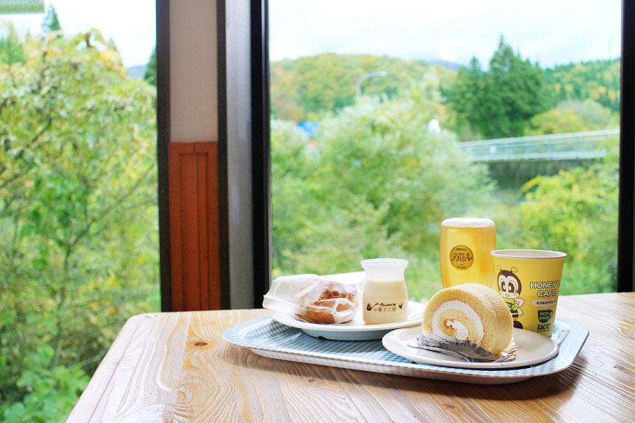 窓の外には雄大な大自然。素晴らしい眺望とともに味わう有機栽培の本格コーヒーはまた格別。