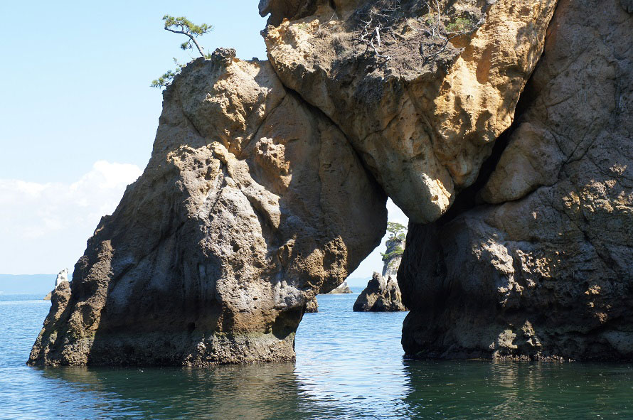 メガネ岩と呼ばれる小島。20~40mの高さの断崖が続き、息をのむような光景が広がる。※写真提供:東松島市観光物産協会