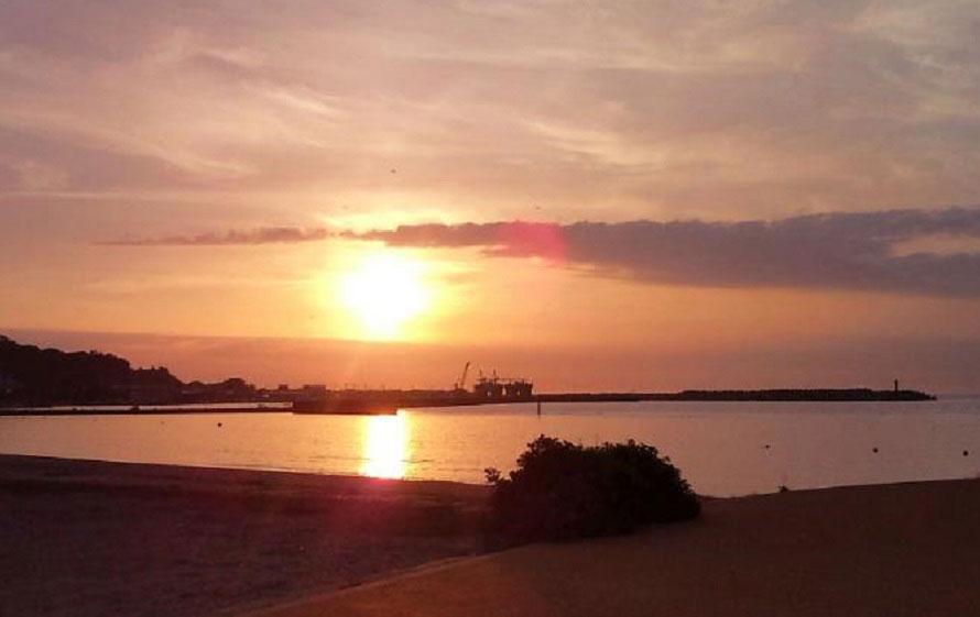 「海の駅わんど」の近く、国道101号線沿いの海岸から見る夕日。