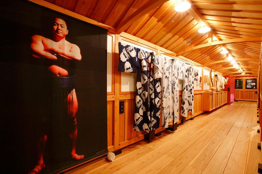 大相撲の歴史を伝えるパネル展示や映像放映を見学できる。元小結の舞の海は鯵ヶ沢町の出身。