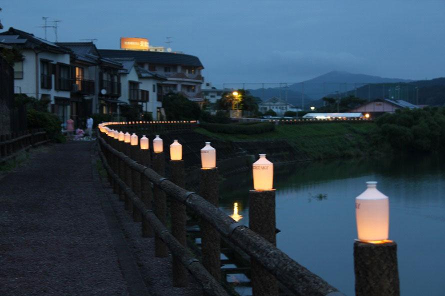 会場周辺にずらりと並ぶ、コンプラ瓶をモチーフにした波佐見焼のコンプラ灯籠。500個ほど飾られる。