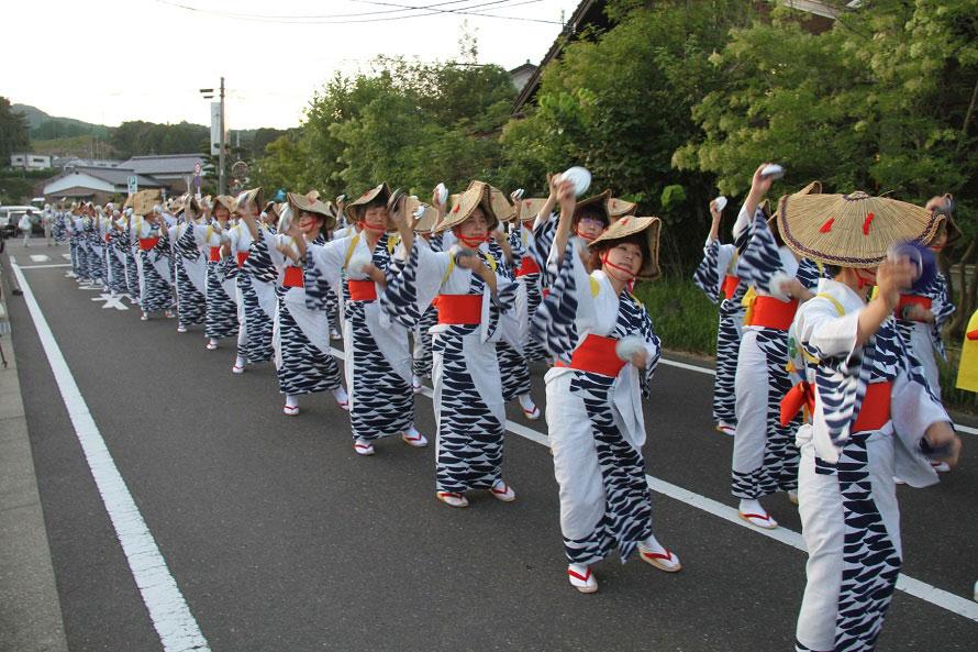 婦人会による道踊り「波佐見節」。波佐見焼の皿を両手に2枚ずつ持ち、カチャリカチャリと軽快な音色と共に息の合った踊りを披露する。