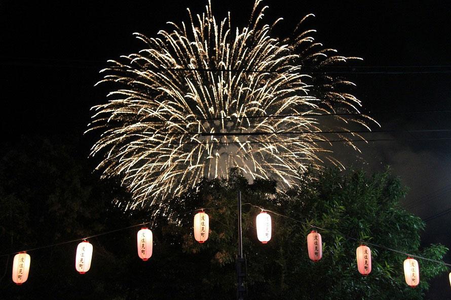 フィナーレを飾る打ち上げ花火は約1000発。「ワイドスターマイン」(連射連発花火)が夜空を彩り、祭りの盛り上がりも花火の打ち上げとともにクライマックスを迎える。