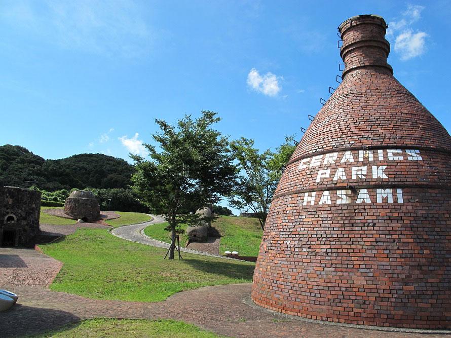 古代から近世にかけて、世界の珍しい窯を12基展示した野外博物館「世界の窯広場」。窯の歴史と技術について見学できる。